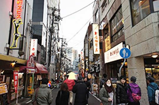上島珈琲の横路地をまっすぐ