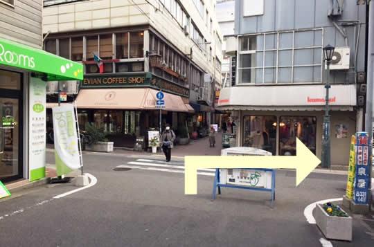 不動産屋さんのある角を右に曲がります。